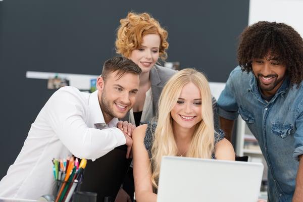 36 Tipps Mitarbeitermotivation, Gruppe Mitarbeiter, Laptop