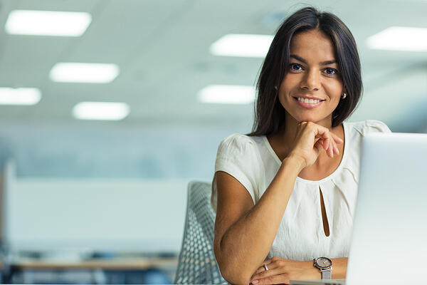 10 Gründe für E-Recruiting, Business Frau, Laptop
